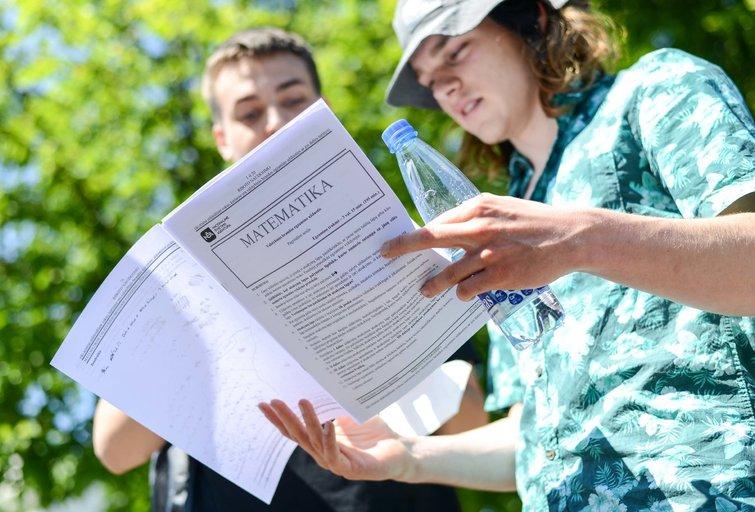 Abiturientai laikė matematikos egzaminą (nuotr. Fotodiena/Justino Auškelio)
