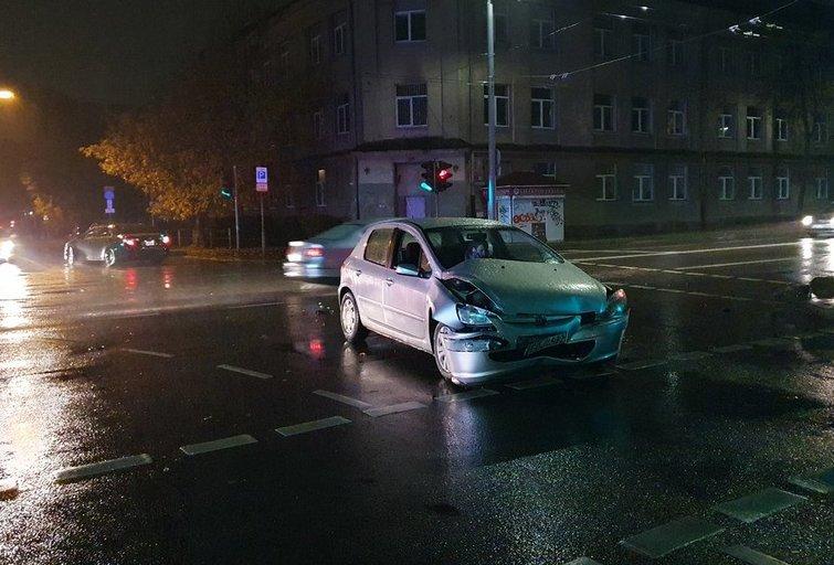Švitrigailos gatvėje susidūrė du lengvieji automobiliai, nukentėjo moteris (nuotr. tv3.lt)