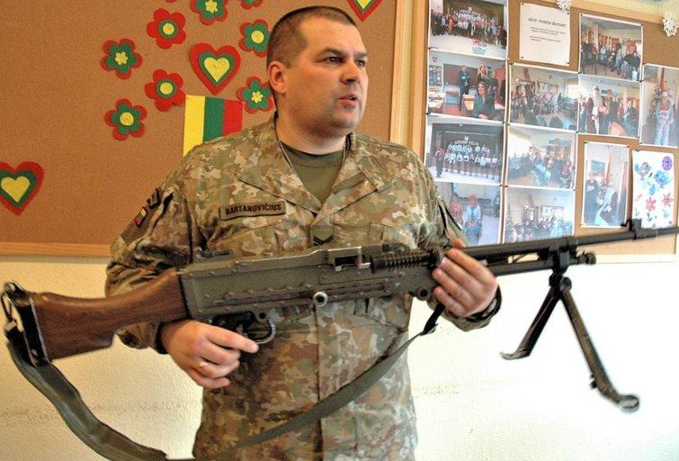 Igoris Bartanovičius demonstravo ginkluotę. Linos Jakubauskienės nuotr.