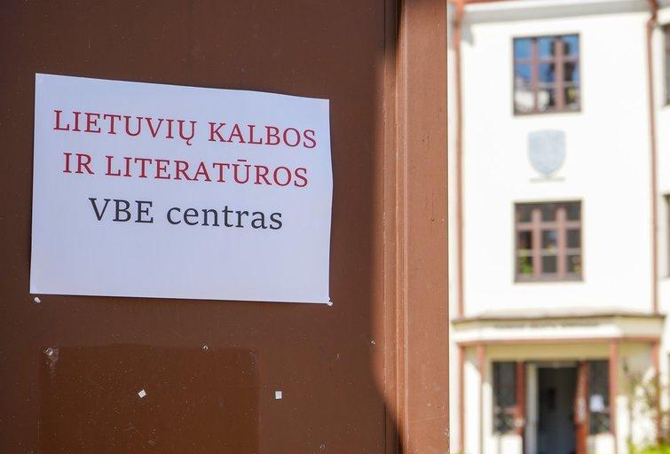 Įspūdžiai po lietuvių kalbos egzamino: vieniems itin lengvas, kitiems baimė neišlaikyti ir liūdesys dėl nuotolinio mokymosi (Fotodiena/ Viltė Domkutė)