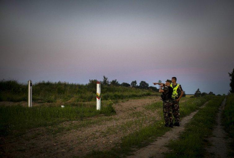Sieną saugantys pareigūnai (nuotr. SCANPIX)