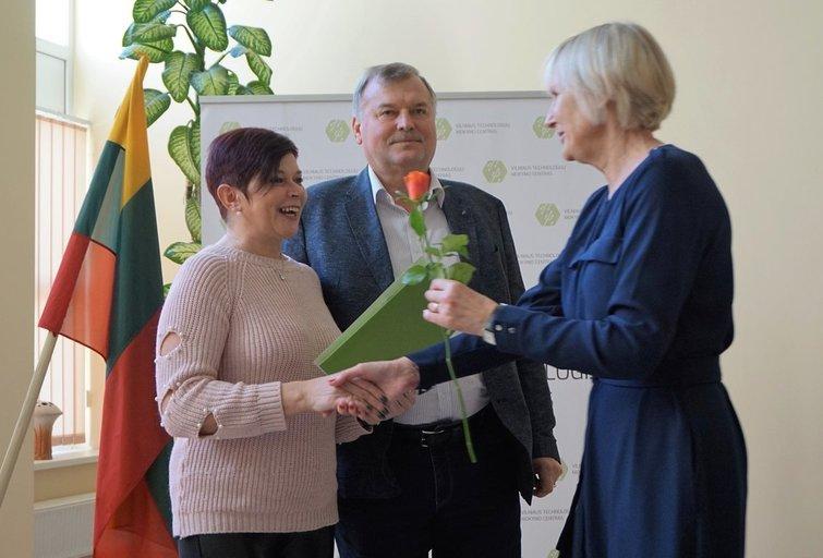 Onutei Kiržgalvienei įteikiamas socialinės globos namuose darbuotojo diplomas.  Aldonos Milieškienės nuotr.