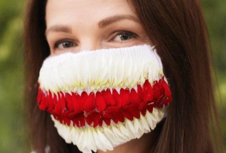 """Floristė K. Rimienė iš gėlių sukūrė kaukę už laisvę kovojantiems baltarusiams palaikyti (nuotr. asmeninio albumo (""""Facebook"""")"""