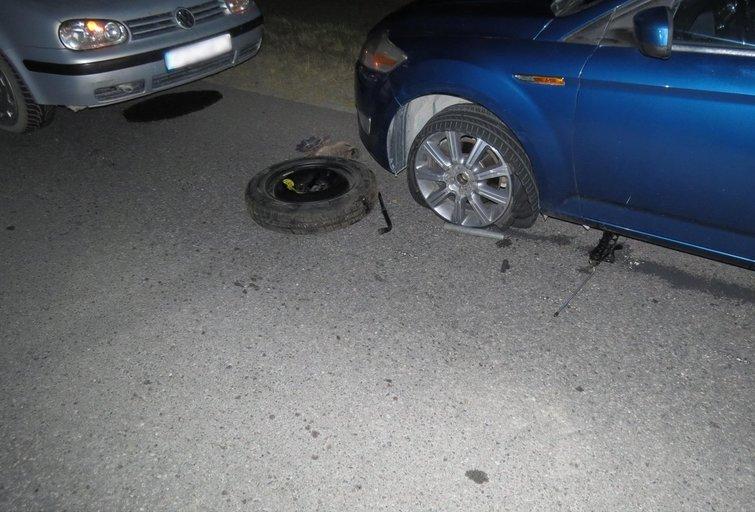 Skaudi patirtis tamsiame kelyje: automobilio ratą keitusiam vyrui  kitas automobilis pervažiavo kojas (nuotr. Policijos)