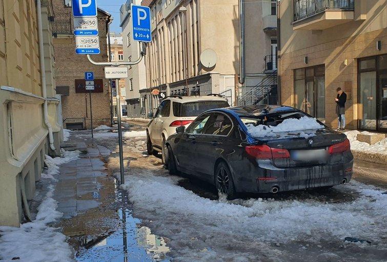 Vilniuje nuo stogo kritęs sniegas suknežino prabangaus BMW stogą (nuotr. Broniaus Jablonsko)