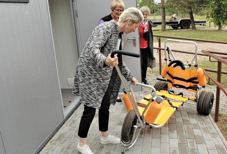 Paplūdimio vežimėlį demonstruoja Almutė Navickienė ir Vaiva Bacenskaitė. Linos Jakubauskienės nuotr.