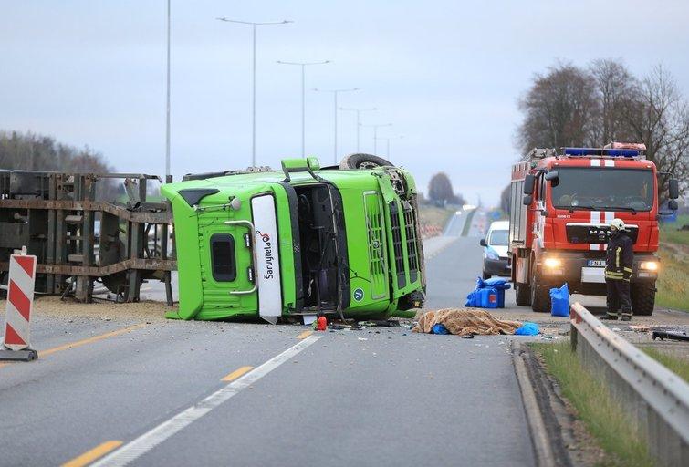 Avarijoje prie Kauno mirė vilkiko vairuotojas (nuotr. Broniaus Jablonsko)