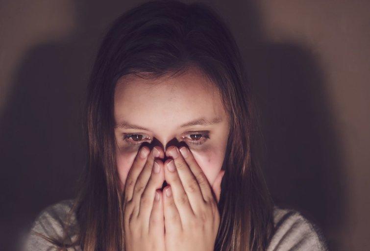 Išsigandusi moteris (nuotr. 123rf.com)