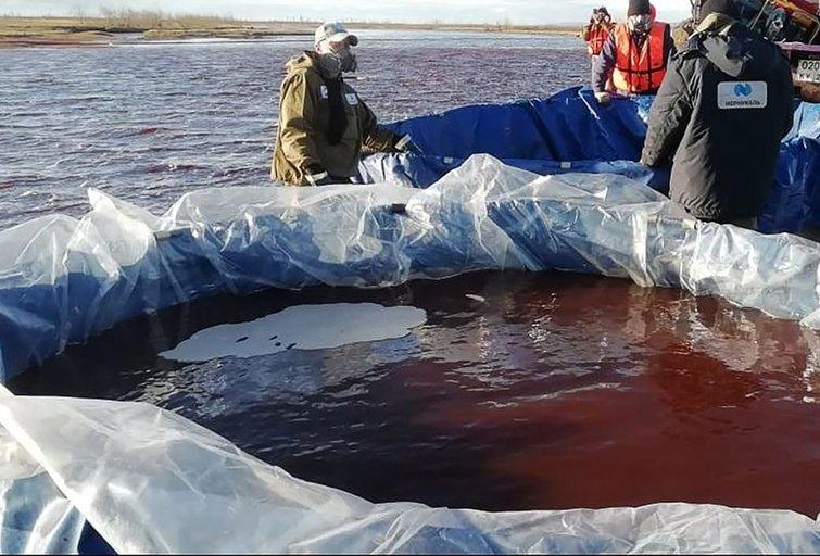 Ekologinė katastrofa Arktyje: gelbėjimo darbai gali užtrukti 10 metų (nuotr. SCANPIX)