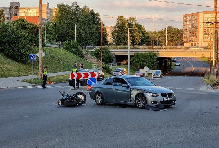 Vilniuje motociklininkas rėžėsi į BMW (nuotr. Broniaus Jablonsko)