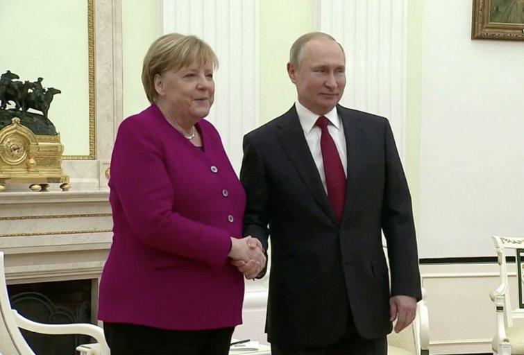 Angela Merkel ir Vladimiras Putinas (nuotr. stop kadras)