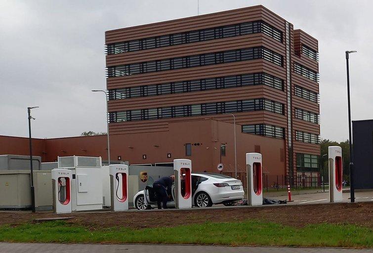 """Kaune atidengta """"Tesla"""" greito įkrovimo stotelė (Nuotr. Kas vyksta Kaune)"""