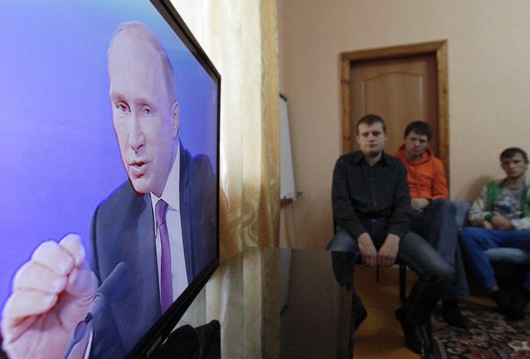 Liaudis žiūri V. Putino kalbą (nuotr. SCANPIX)