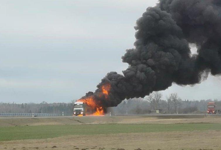 """""""Via Baltica"""" liepsnoja sunkvežimis (nuotr. facebook.com)"""