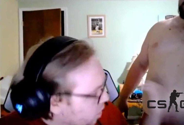 Kuriozas: CS:GO turnyro metu į žaidėjo kambarį įsiveržė pusnuogis tėvas