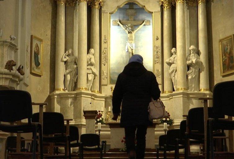 Žmonės traukia masiškai į mišias, bet kunigai siūlo ir alternatyvias išpažintis (nuotr. stop kadras)