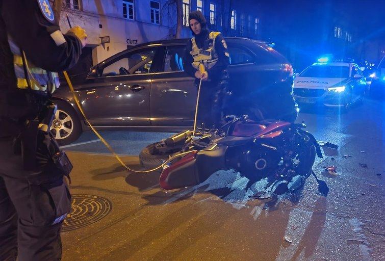Avarija Vilniuje: po susidūrimo su automobiliu nukentėjo motociklininkas (nuotr. Broniaus Jablonsko)