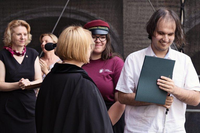 Profesinių pedagogikos studijų absolventui Grigui Sakaliui įteiktas ir diplomas, atspausdintas Brailio raštu. Edgaro Kurausko nuotr.