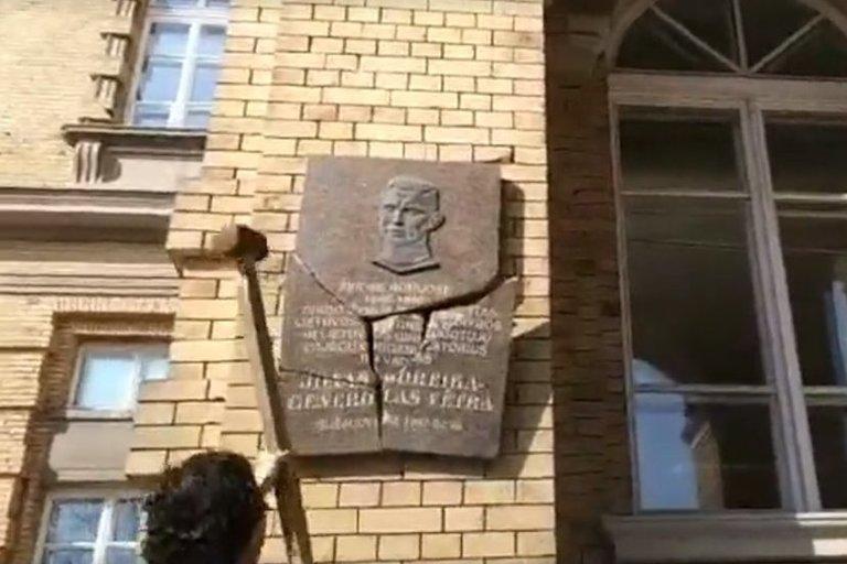 Stanislovas Tomas kūju sudaužė atminimo lentą Generolui Vėtrai (nuotr. stop kadras)