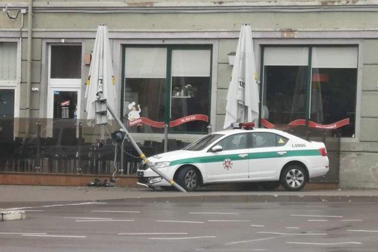 Klaipėdoje policijos ekipažas nulaužė šviesoforą: bandė išvengti susidūrimo su BMW (nuotr. Reidas TV)