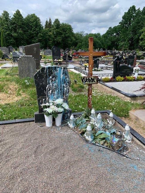 Po artimojo netekties rado išniekintą velionio kapą (nuotr. Viktoro Stanislovaičio)