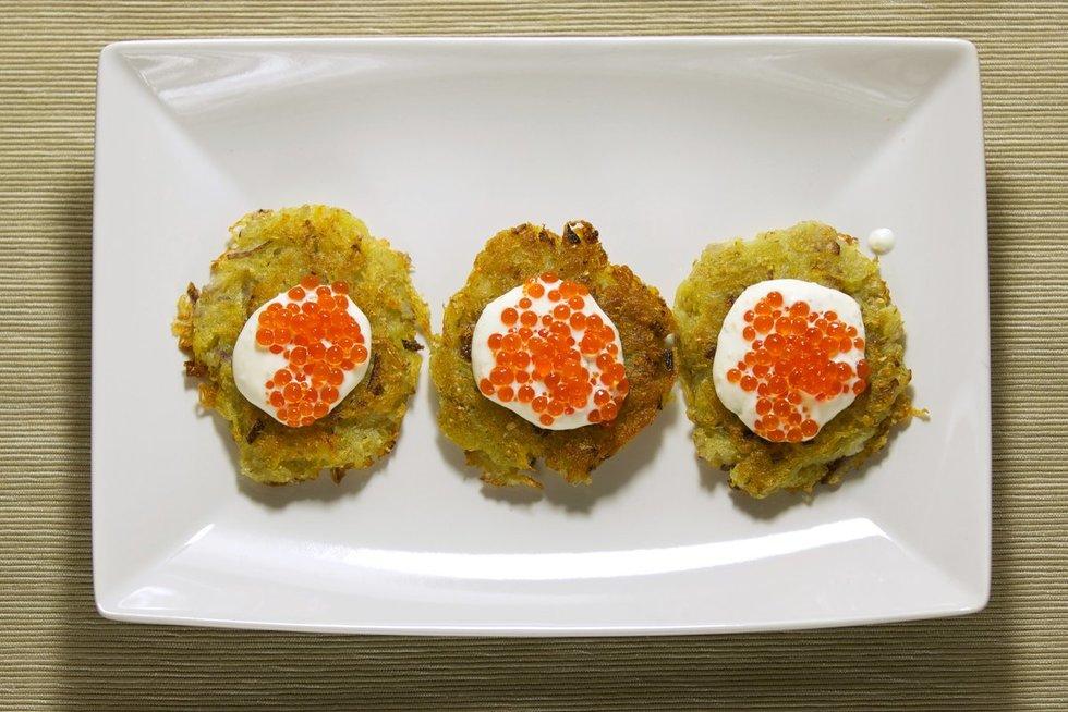 Bulviniai blyneliai su grietine ir raudonaisiais ikrais