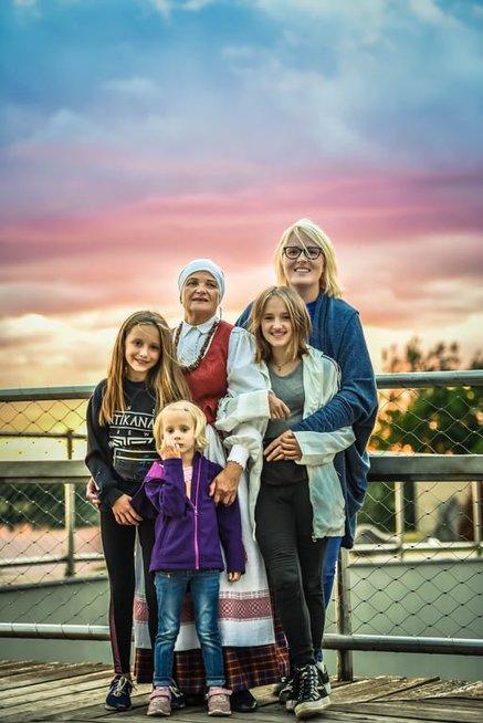 Eglės šeima priėmė ypatingą sprendimą: namuose klega 13 vaikų