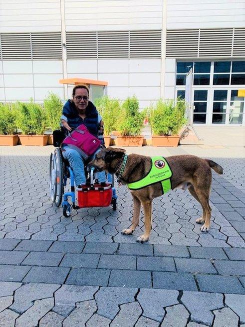 Vokietė Sofija džiaugiasi draugyste su šunimi-asistentu.