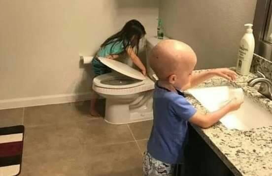 Ši nuotrauka nepalieka abejingų: sesė guodžia vėžio pakirstą broliuką