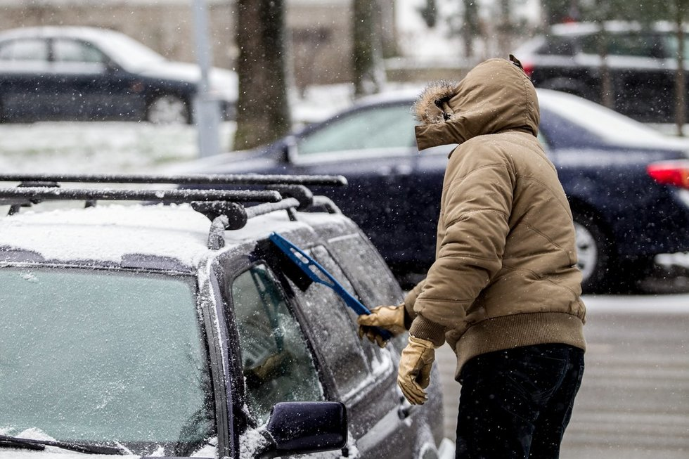 Užšalę automobiliai langai