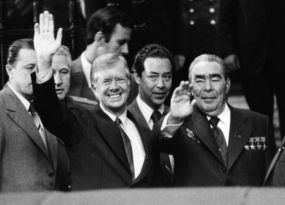 Prezidentas Jimmy Carteris, šalia jo stovintis vyras tamsiais antakiais – TSRS komunistų partijos pirmasis sekretorius Leonidas Brežnevas (nuotr. SCANPIX)
