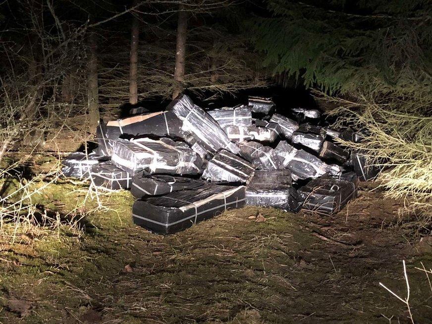 Prie geležinkelio bėgių Radviliškio rajone rasta 50,5 tūkst. pakelių kontrabandinių rūkalų