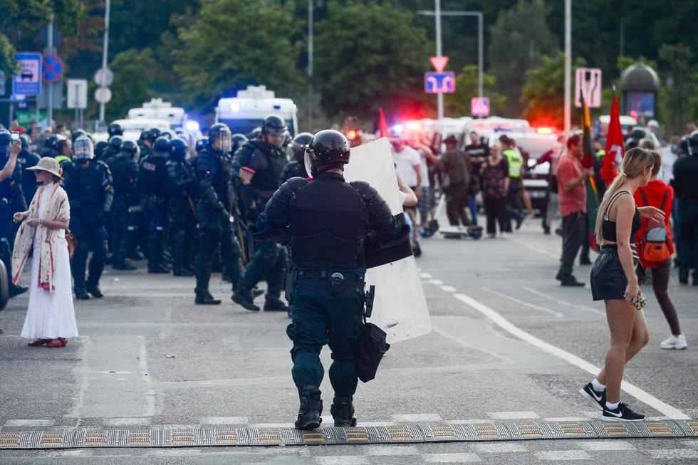 Policijos susirėmimas su mitinguotojais prie Seimo