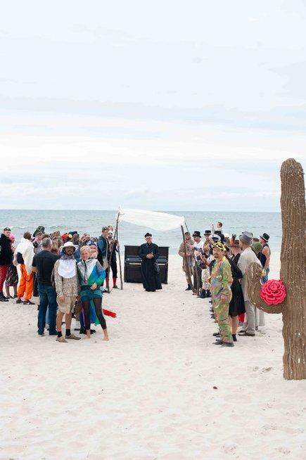 Santuokos ceremonija ant jūros kranto