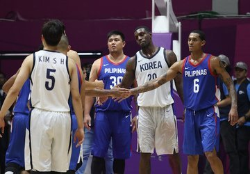 R. Radcliffe'as (viduryje) (nuotr. FIBA)