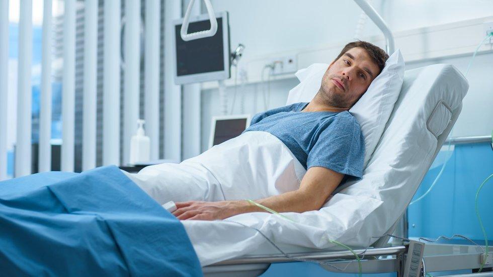Vyras ligoninėje, asociatyvi nuotrauka