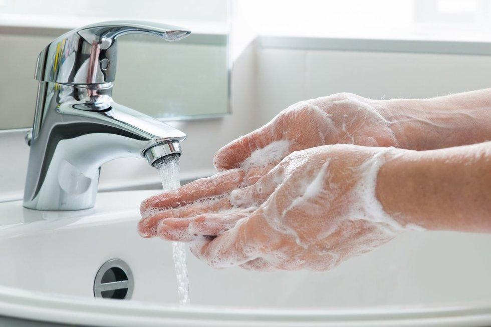 Nepamirškite gerai nusiplauti rankų (nuotr. 123rf.com)