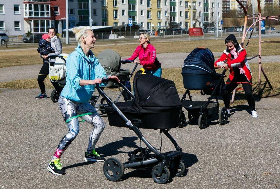 Treniruotės lauke su vežimėliais (nuotr. Tv3.lt/Ruslano Kondratjevo)