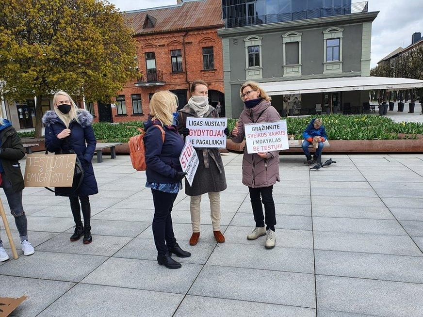 Kaune tėvai vėl protestuoja prieš vaikų testavimą: laidojo laisvę ir grasino emigracija (nuotr. Vaida Girčė)