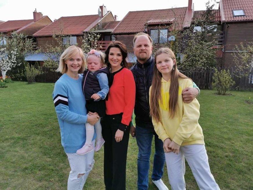 Edmundas Seilius ir Kristina Zmailaitė su šeima bei Kristina Rimiene