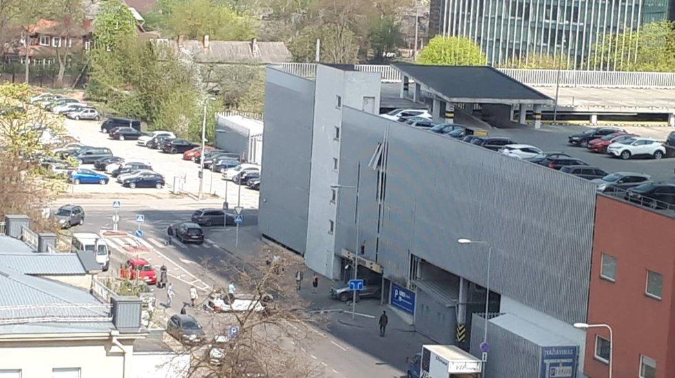 Vilniuje iš 3 aukšto iškrito automobilis: eismas paralyžiuotas (nuotr. facebook.com)