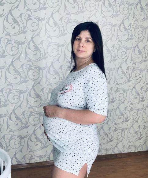 Lieknėjimo influenserė, savo vyrą iškeitusi į įsūnį ir dabar besilaukianti jo kūdikio, pripažino pasidariusi plastinę operaciją, kad išliktų jam patraukli
