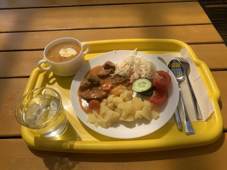 """Dienos pietūs valgykloje """"Senasis tiltas"""": ryžių sriuba ir guliašas"""