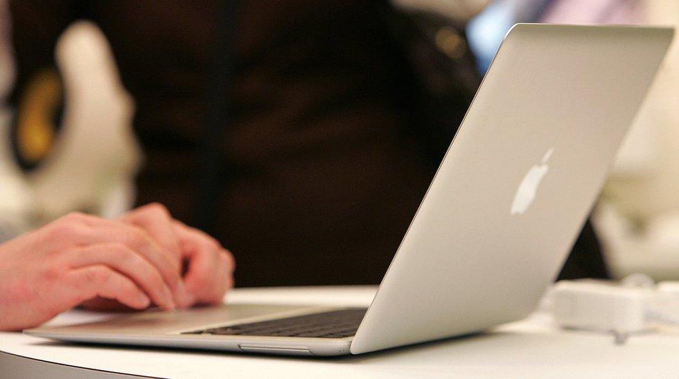 Naudojasi kompiuteriu (nuotr. Fotodiena.lt)