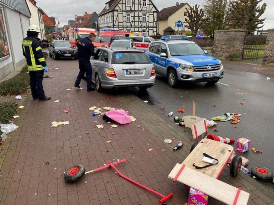 Vokietijoje mugės metu į minią rėžėsi automobilis