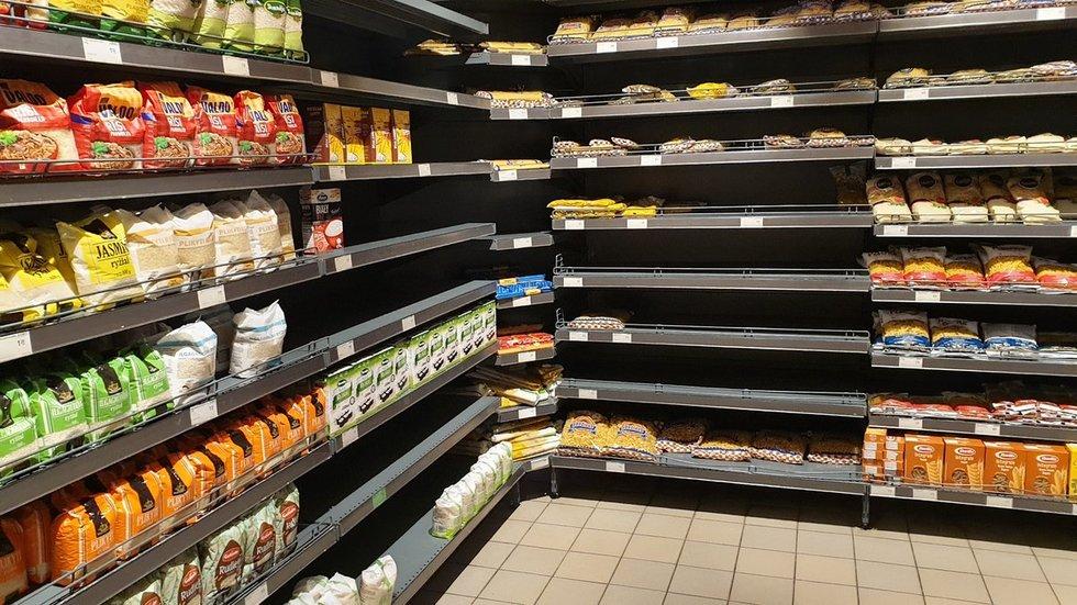 Ištuštėjusios parduotuvių lentynos (nuotr. TV3/Raimundas Maslauskas)