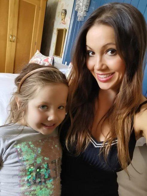 Dviejų vaikų mama, iš abiejų krūtų maitinusi dukras, kurių bendras amžius siekia 11 metų, tvirtai atsakė kritikams