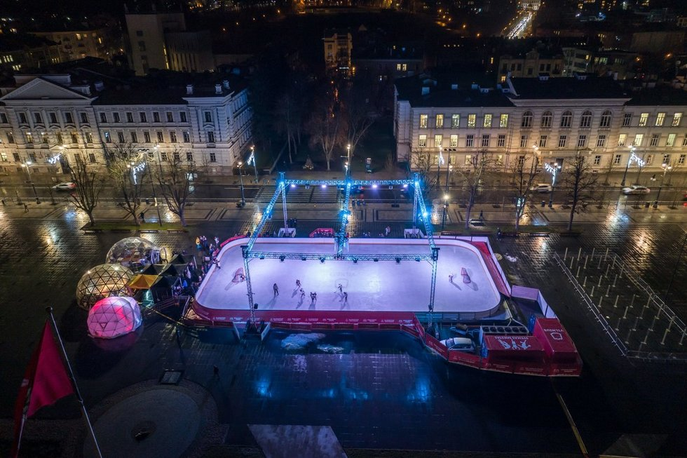 Lukiškių aikštėje atidaryta ledo čiuožykla