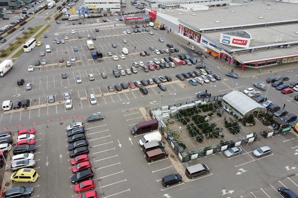 Automobilių aikštelės prie prekybos centrų įsigaliojus papildomiems draudimams