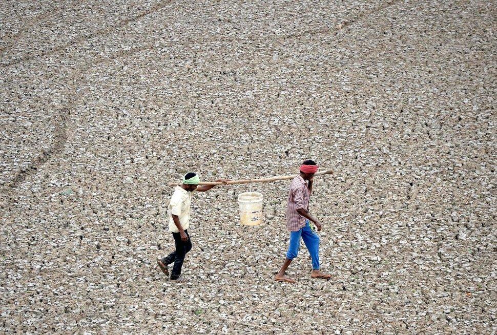 Čenaujaus gyventojai bando pasirūpinti geriamo vandens (nuotr. SCANPIX) tv3.lt fotomontažas